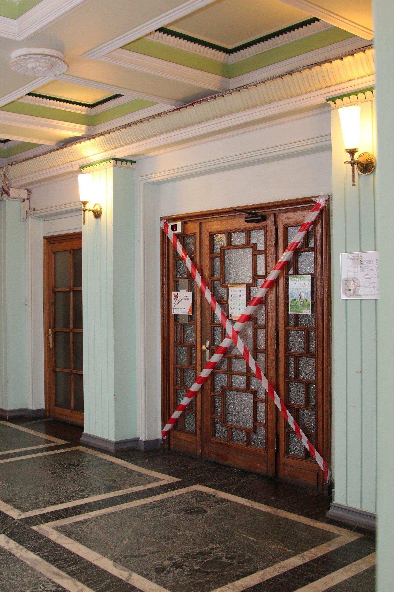 Centrālā lifta ieejas tika aizzīmogotas